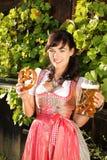 Молодая женщина с стеклами пива и bretzel Стоковое фото RF
