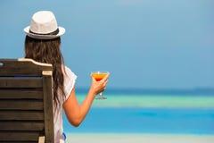 Молодая женщина с стеклом коктеиля около бассейна Стоковое Изображение RF
