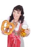 Молодая женщина с стеклом пива Стоковые Фотографии RF