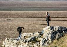Молодая женщина с сын-подростком на пике Drazovce, пешей темой Стоковые Изображения