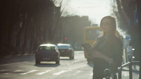 Молодая женщина с таблеткой на улице pm акции видеоматериалы