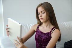 Молодая женщина с таблеткой Стоковые Фотографии RF