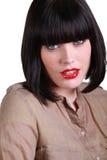 Молодая женщина с темным пристальным взглядом Стоковые Фотографии RF