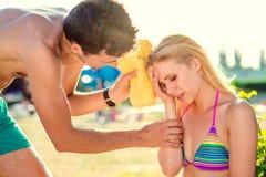 Молодая женщина с тепловым ударом Стоковое Изображение RF
