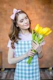 Молодая женщина с тюльпанами стоковое фото rf