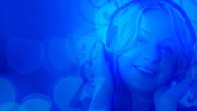 Молодая женщина слушая к музыке, абстрактная предпосылка светов Стоковое Изображение