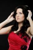 Молодая женщина слушая к музыке на шлемофоне Стоковые Изображения RF