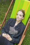 Молодая женщина слушая к музыке Стоковые Фото