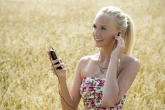 Молодая женщина слушая к музыке Стоковое Фото