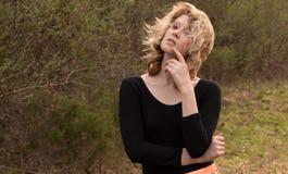 Молодая женщина с дуя волосами снаружи стоковое изображение rf