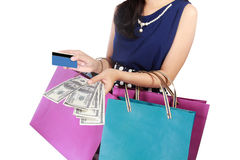 Молодая женщина с хозяйственными сумками, деньгами, и кредитной карточкой Стоковая Фотография