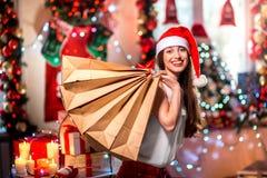 Молодая женщина с хозяйственными сумками на рождестве Стоковые Фото