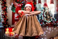 Молодая женщина с хозяйственными сумками на рождестве Стоковые Фотографии RF