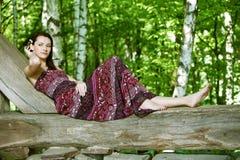 Молодая женщина с цветками в волосах Стоковая Фотография RF