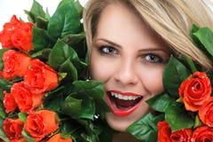 Молодая женщина с цветками Стоковая Фотография