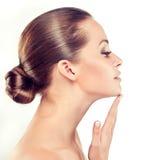 Молодая женщина с чистой свежей кожей cosmetology стоковые фото