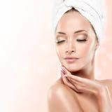 Молодая женщина с чистой свежей кожей cosmetology стоковые фотографии rf
