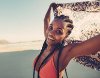 Молодая женщина с шарфом на пляже Стоковые Изображения RF