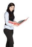 Молодая женщина с шлемофоном и документами стоковые изображения rf