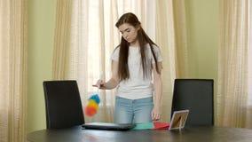 Молодая женщина с щеткой пыли акции видеоматериалы