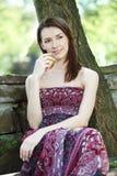 Молодая женщина с яблоком Стоковые Фотографии RF