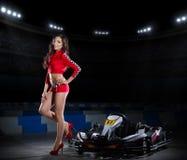 Молодая женщина с carting автомобиль Стоковые Фотографии RF