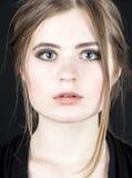 Молодая женщина с ponytail на черной предпосылке Стоковая Фотография