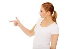 Молодая женщина угрожает кто-то палец стоковое фото rf