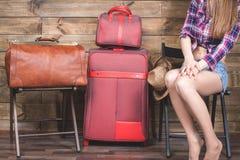 Молодая женщина уже упаковала ее вещи, одежды на багаже, чемодане Стоковое фото RF