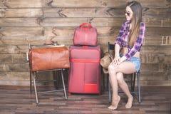 Молодая женщина уже упаковала ее вещи, одежды на багаже, чемодане Стоковое Фото