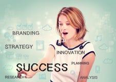Молодая женщина указывая на концепцию успеха Стоковое Изображение RF