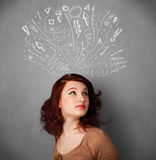 Молодая женщина думая с сделанными эскиз к стрелками над ее головой Стоковая Фотография RF