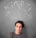 Молодая женщина думая с сделанными эскиз к стрелками над ее головой Стоковые Изображения