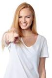 Молодая женщина усмехаясь и указывая на телезрителя Стоковые Изображения