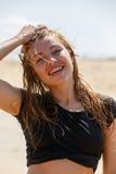Молодая женщина усмехаясь на камере Стоковые Фото