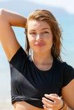 Молодая женщина усмехаясь на камере Стоковые Изображения RF