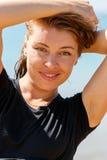 Молодая женщина усмехаясь на камере Стоковое Фото