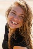 Молодая женщина усмехаясь на камере Стоковая Фотография
