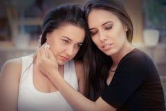 Молодая женщина утешая печального друга Стоковое фото RF