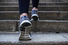 Молодая женщина утра jogging outdoors Стоковые Изображения RF