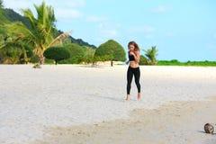 Молодая женщина фитнеса бежать на пляже Стоковая Фотография RF