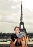 Молодая женщина фотомодели с собакой в Париже, Франции Стоковая Фотография