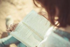 Молодая женщина читая книгу Книга в руках женщины Стоковая Фотография RF