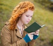 Молодая женщина читая книгу. Стоковая Фотография