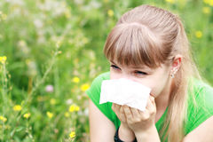 Молодая женщина чихая Стоковые Фото