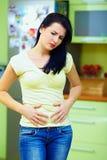 Молодая женщина чувствует больной, домашний интерьер Стоковая Фотография RF