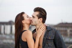Молодая женщина шепча секретной влюбленности к сексуальному человеку Стоковые Фотографии RF