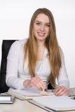 Молодая женщина штемпелюет документ Стоковое Изображение RF