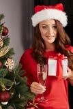 Молодая женщина christmastree Стоковая Фотография