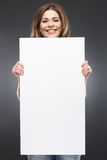Молодая женщина f с пустой белой доской Стоковое Изображение RF